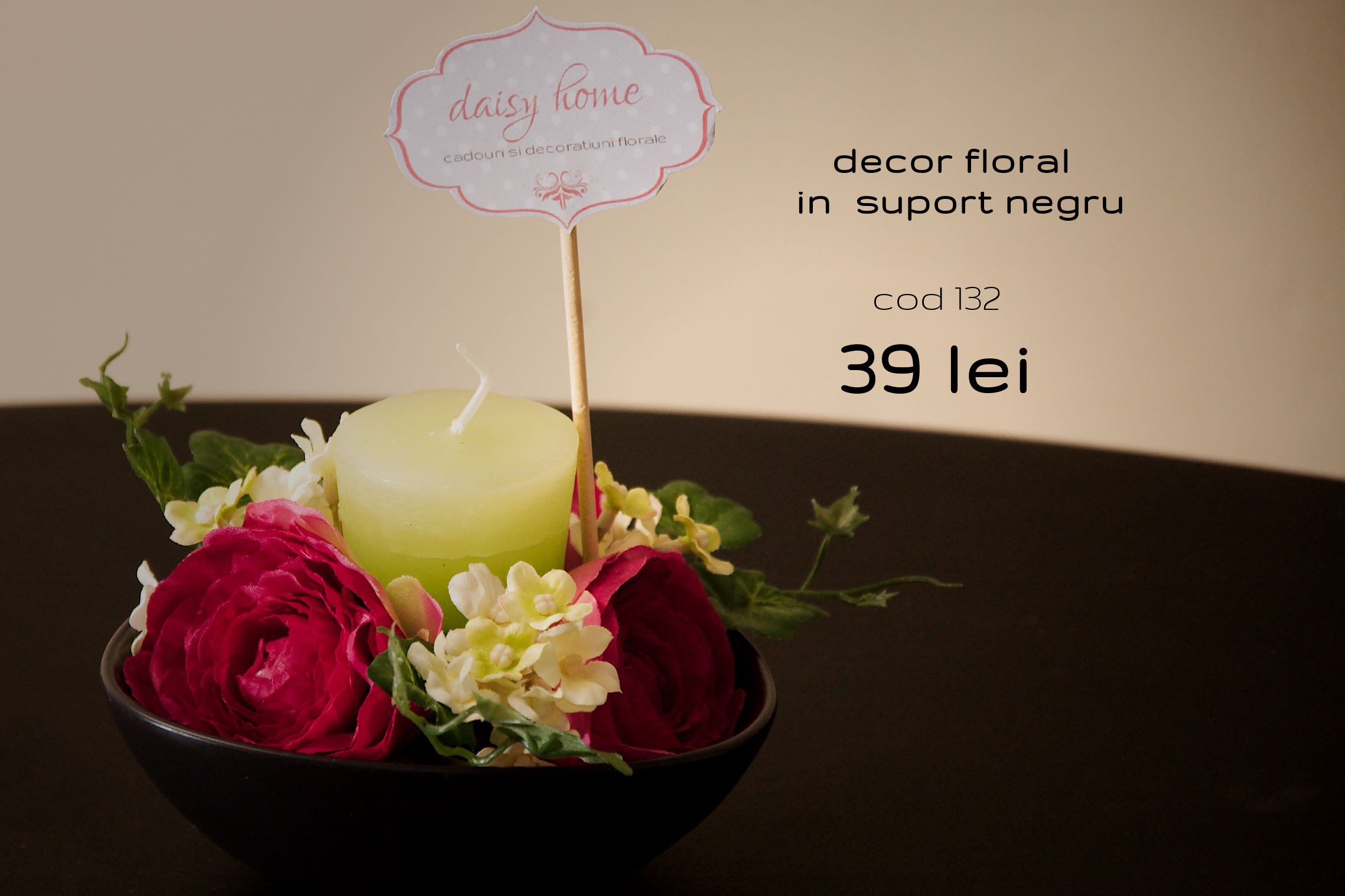 decor floral in suport negru