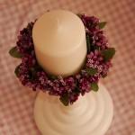 inel din flori cu lumare pe sfesnic alb